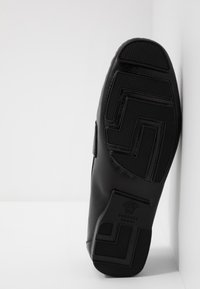 Versace - Slippers - nero/ordo caldo - 4