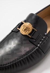 Versace - Slippers - nero/ordo caldo - 5