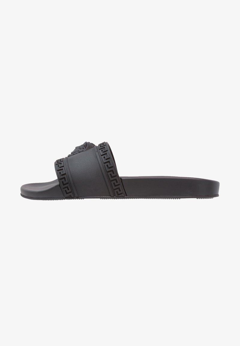 Versace - FLAT GOMMA - Chanclas de baño - nero