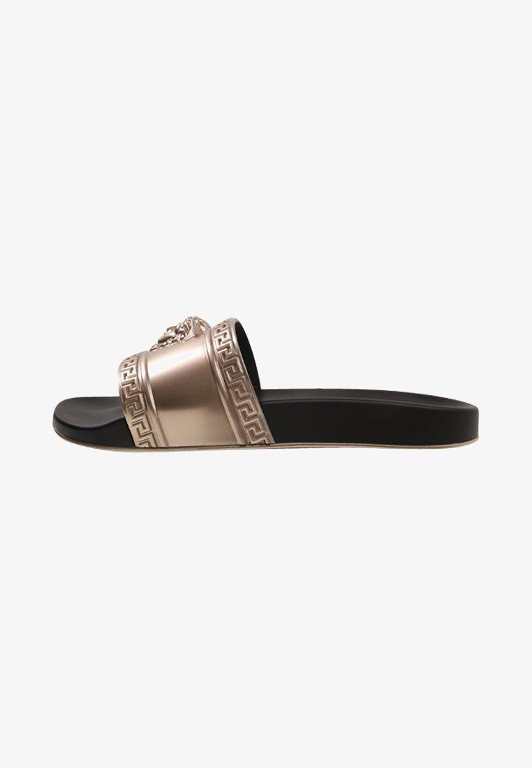 Versace - FLAT SANDAL GOMMA - Badesandale - oro/nero
