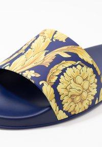 Versace - Sandály do bazénu - bluette oro - 5