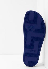 Versace - Sandály do bazénu - bluette oro - 4