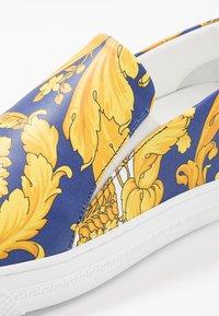 Versace - Slipper - bluette/oro - 5