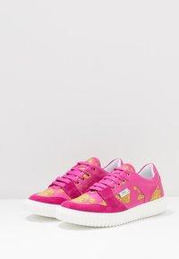 Versace - Baskets basses - lampone/oro - 3