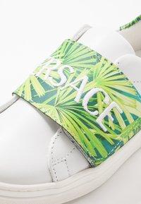 Versace - FLASH BAMBINO - Baskets basses - bianco/multicolore verde - 2