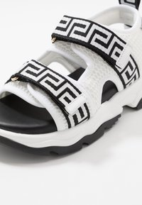 Versace - NASTRI GRECA - Sandales - offwhite/oro caldo - 2
