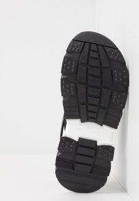 Versace - ELASTICI LOGO - Sandals - nero/oro caldo - 4