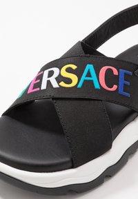 Versace - ELASTICI LOGO - Sandals - nero/oro caldo - 5
