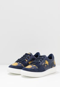 Versace - Baskets basses - blue navy/oro - 3