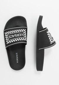 Versace - CIABATTA DAMIE - Sandales de bain - nero/bianco - 0