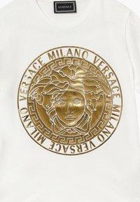 Versace - MAGLIETTA MANICA CORTA - T-shirt imprimé - bianco - 3