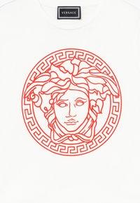 Versace - MAGLIETTA MANICA CORTA - T-shirt imprimé - bianco/rosso - 3