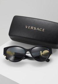 Versace - Lunettes de soleil - black - 2