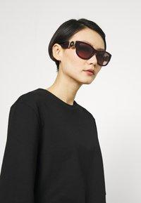 Versace - Lunettes de soleil - red - 1