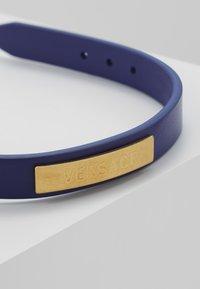 Versace - BRACCIALE  - Armband - bluette oro tribute - 5