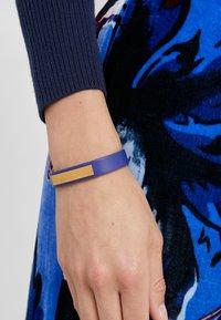 Versace - BRACCIALE  - Armband - bluette oro tribute - 1