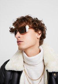 Versace - 0VE - Gafas de sol - gold-colured/brown - 1