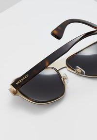 Versace - Okulary przeciwsłoneczne - dark havana - 4
