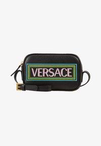Versace - BORSA C/TRACOLLA E PATCH - Taška spříčným popruhem - nero - 1
