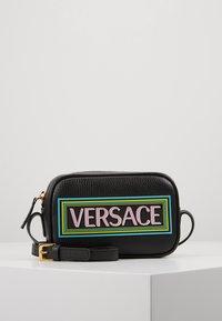 Versace - BORSA C/TRACOLLA E PATCH - Taška spříčným popruhem - nero - 0