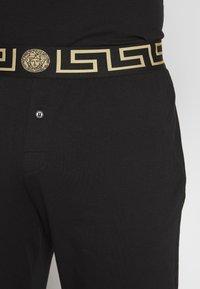 Versace - PANTALONE INTIMO UOMO - Pyjamahousut/-shortsit - nero greca oro - 4