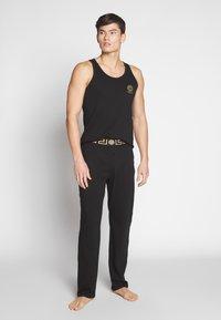 Versace - PANTALONE INTIMO UOMO - Pyjamahousut/-shortsit - nero greca oro - 1