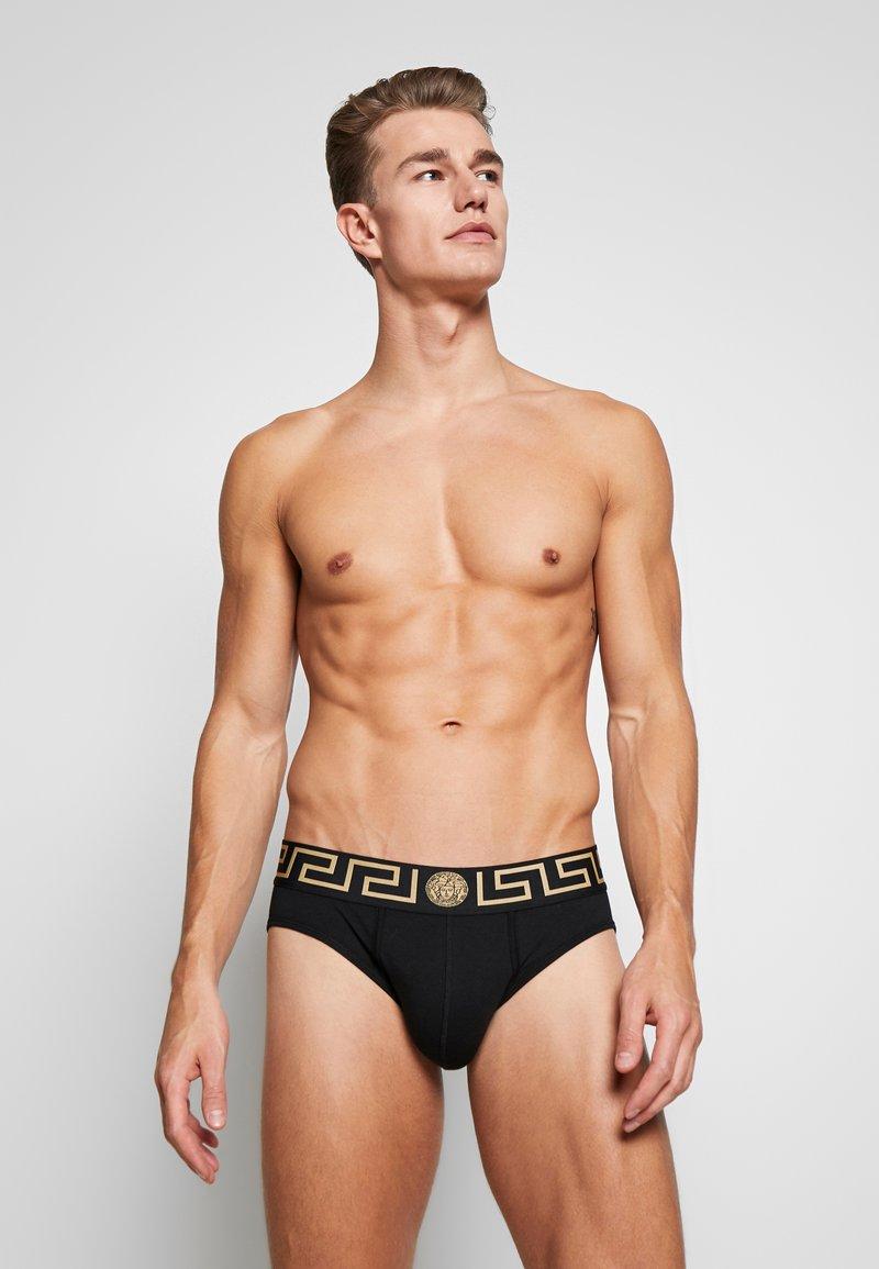 Versace - SLIP BASSO INTIMO UOMO - Kalhotky/slipy - nero greca oro