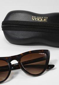 VOGUE Eyewear - GIGI HADID - Sunglasses - brown gradient - 3