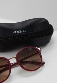 VOGUE Eyewear - Sluneční brýle - red brown - 3