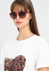 VOGUE Eyewear - Sluneční brýle - red brown - 1
