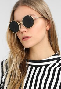 VOGUE Eyewear - GIGI HADID - Sluneční brýle - gold-coloured - 1