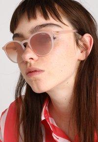 VOGUE Eyewear - Zonnebril - opal melon - 1