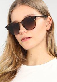 VOGUE Eyewear - Sonnenbrille - dark havana - 1