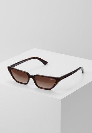 GIGI HADID - Sonnenbrille - dark havana