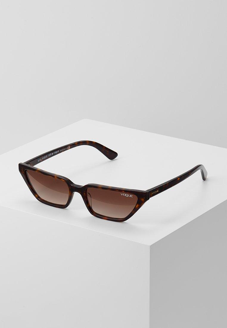 VOGUE Eyewear - GIGI HADID - Aurinkolasit - dark havana