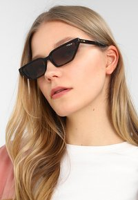 VOGUE Eyewear - GIGI HADID - Aurinkolasit - dark havana - 1