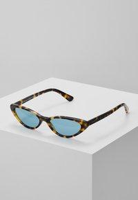 VOGUE Eyewear - GIGI HADID - Zonnebril - brown yellow tortoise - 0