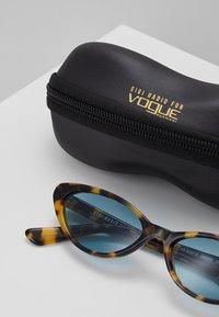 VOGUE Eyewear - GIGI HADID - Zonnebril - brown yellow tortoise - 3
