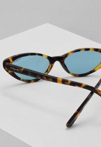 VOGUE Eyewear - GIGI HADID - Zonnebril - brown yellow tortoise - 2