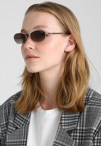 VOGUE Eyewear - GIGI HADID - Occhiali da sole - pale gold-coloured - 1