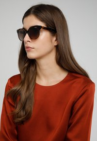 VOGUE Eyewear - Aurinkolasit - dark havana - 1