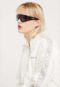VOGUE Eyewear - GIGI HADID ZOOM-IN - Solglasögon - black - 0