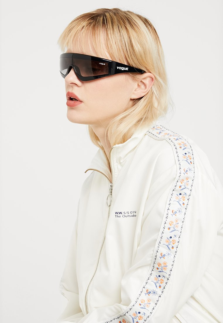 VOGUE Eyewear - GIGI HADID ZOOM-IN - Solglasögon - black