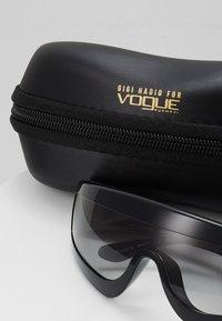 VOGUE Eyewear - GIGI HADID ZOOM-IN - Solglasögon - black - 2