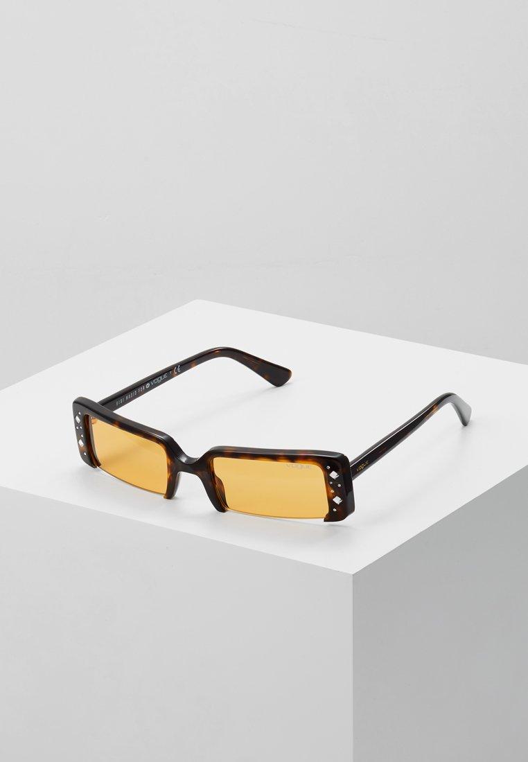 VOGUE Eyewear - GIGI HADID SOHO - Zonnebril - dark havana