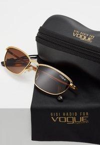 VOGUE Eyewear - GIGI HADID TAURA - Sluneční brýle - gold-coloured - 2