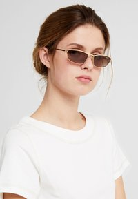 VOGUE Eyewear - GIGI HADID TAURA - Sluneční brýle - gold-coloured - 1
