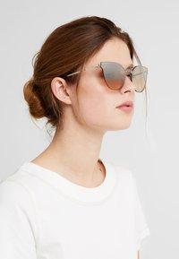 VOGUE Eyewear - Gafas de sol - pale gold-coloured - 1