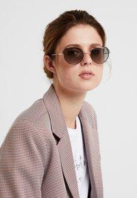 VOGUE Eyewear - Sonnenbrille - gold-coloured/black - 1