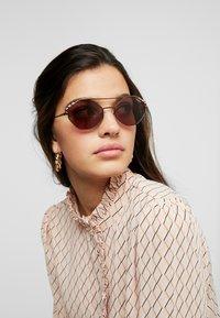 VOGUE Eyewear - Aurinkolasit - copper - 1